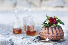 Торт Cocolate и 3 графинчика вискиа Стоковые Фотографии RF