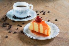 Торт crepe клубники и чашка кофе Стоковое Изображение