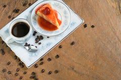 Торт crepe клубники и чашка кофе Стоковые Изображения RF