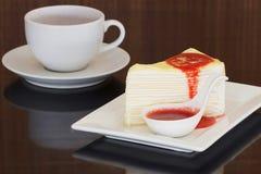 Торт Crepe с соусом клубники Стоковые Изображения RF