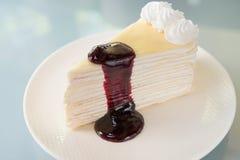 Торт Crepe с соусом шелковицы Стоковые Фотографии RF