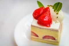 Торт Entremet клубники шифоновый на белой плите фарфора Стоковые Изображения RF