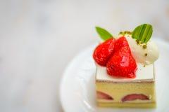 Торт Entremet клубники шифоновый на белой плите фарфора Стоковое Изображение