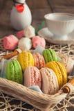 Торт, macaroons, воздушный, красочный, круглый, нежный, сладостные, корзина стоковое изображение rf