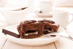 Торт mi-cuit десерта шоколада французский на белой плите Стоковая Фотография
