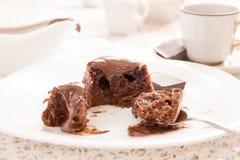 Торт mi-cuit десерта шоколада французский на белой плите Стоковые Изображения RF