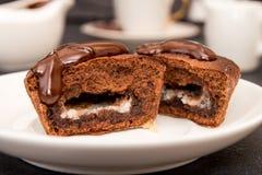 Торт mi-cuit десерта шоколада французский на белой плите Стоковые Фотографии RF