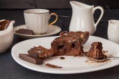 Торт mi-cuit десерта шоколада французский на белой плите Стоковое Изображение RF