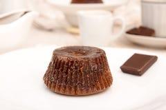 Торт mi-cuit десерта шоколада французский на белой плите Стоковые Фото