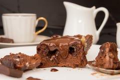 Торт mi-cuit десерта шоколада французский на белой плите Стоковое Изображение