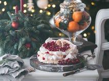 Торт Pavlova меренги со свежей красной смородиной стоковая фотография rf
