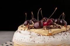 Торт Pavlova с свежими обломоками вишни и шоколада Стоковое Изображение