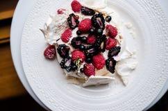 Торт Pavlova с ягодами Стоковые Изображения RF