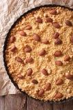 Торт Sbrisolona итальянский с макросом миндалин Вертикальное взгляд сверху Стоковое фото RF