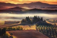 Тоскана, панорамный ландшафт с известным сельским домом Rolling Hills Стоковые Фотографии RF