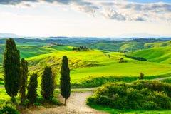 Тоскана, сельский ландшафт захода солнца Ферма сельской местности, белая дорога Стоковое фото RF