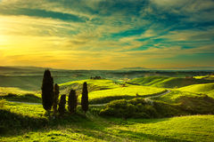 Тоскана, сельский ландшафт захода солнца Ферма сельской местности, белая дорога Стоковые Фото