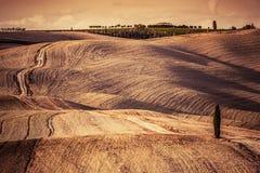 Тоскана fields ландшафт осени, Италия сезон монтажа хлебоуборки фантазии Стоковые Фотографии RF