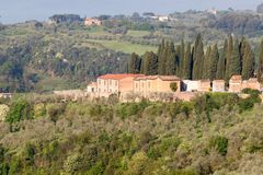 Тосканская деревня как увидено от Сиены, Италии стоковая фотография rf