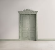 Тосканский интерьер с зеленой классической дверью Стоковая Фотография RF