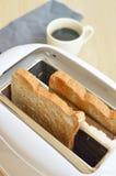 Тостер и 2 куска хлеба готовых для служения Стоковая Фотография RF