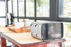 тостер хлеба на таблице Стоковые Фотографии RF