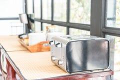 тостер хлеба на таблице Стоковая Фотография