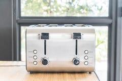 тостер хлеба на таблице Стоковое фото RF