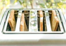 тостер хлеба на таблице Стоковые Фото