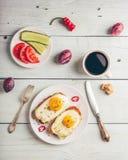 Тосты завтрака с овощами и яичницей с чашкой coffe стоковые изображения