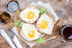 Тост завтрака с самыми точными мясом и яичницей стоковые фото