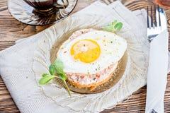 Тост завтрака с самыми точными мясом и яичницей стоковая фотография rf