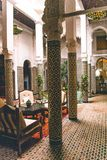 Тост с голландским шоколадом брызгает на изолированном белом backgroundTypical традиционном марокканце Riad с красивым дизайном и стоковые фото