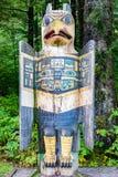 Тотемный столб отметки орла серьезный на парке государства Bight тотема историческом, Ketchikan, Аляске стоковые фото