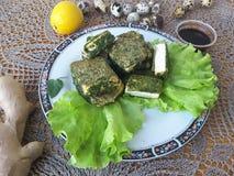 Тофу в зеленой тэмпуре крапив, на плите с салатом Стоковое фото RF