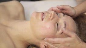 Точечный массаж на женской стороне Masseur делает китайский альтернативный массаж сток-видео