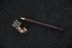 Точилка для карандашей Брауна и заточенный хлам стоковое изображение rf