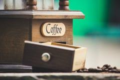 Точильщики и кофейные зерна с расплывчатой предпосылкой стоковое изображение rf