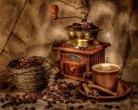 Точильщик и другие аксессуары для кофе в прежнем - изображение стоковая фотография rf