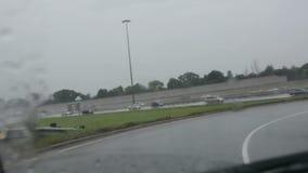 Точка зрения водителя на ненастном onramp к скоростной дороге 401 в Торонто видеоматериал