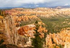 Точка зрения в национальном парке каньона Bryce с туристами стоковая фотография