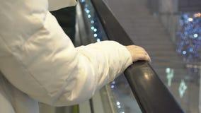 Точка зрения женщины ехать эскалатор Одна рука видимая сток-видео