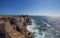 Точка зрения моря с утесами около маяка накидки Carvoeiro, Peniche, Португалии Стоковые Фотографии RF