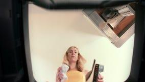 Точка зрения мусорного бака женщины повторно используя бумагу сток-видео