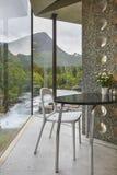 Точка зрения норвежского ландшафта крытая с таблицей и стулом Norwa Стоковые Изображения