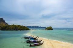 Точка зрения пляжа в море Talay Waek на море Andaman в провинции Krabi, Таиланде стоковые фото