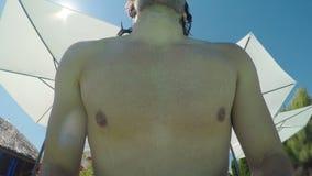 Точка зрения при парень бежать и скача в воду бассейна сток-видео