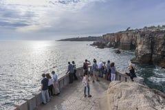 Точка зрения пляжа рта ада, Cascais Португалии стоковые изображения rf