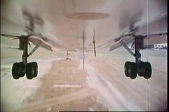 Точка зрения сняла undercarriage посадки самолета на взлётно-посадочная дорожка сток-видео