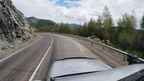 Точка зрения управляя на асфальте на шоссе Автоматическая концепция перемещения POV - автомобиль двигая вдоль дороги в горах сток-видео